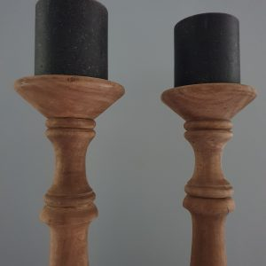 Hoge houten kandelaren