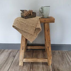 Oud doorleefd houten krukje