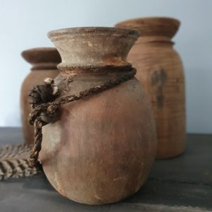 Oude Nepalese kruik met koord