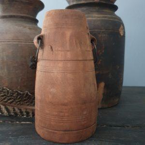 Oud Nepalees kruikje met oortjes en metalen ringen